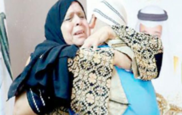 Palestinian mother has tearful reunion with son in Mina