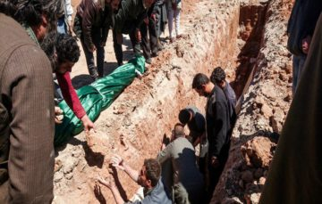 Burying the dead in Khan Shaykhun