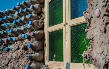Meet the Sahrawi refugee building homes from plastic bottles in the desert #Environment