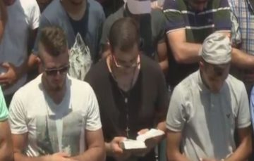 Christian man prays alongside Muslims in Jerusalem to diffuse tensions over holy sites