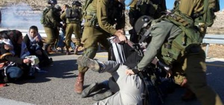 Ruthless Israel soldiers assault, take 'selfie' with Palestinian detainees