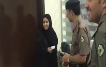 Saudi Arabia: First driving licenses issued to women