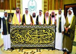 Makkah governor hands over new Kaaba cover to senior caretaker