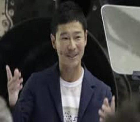 Japanese billionaire is SpaceX's Moon tourist
