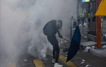 Hong Kong: Protestor critical after shot by police