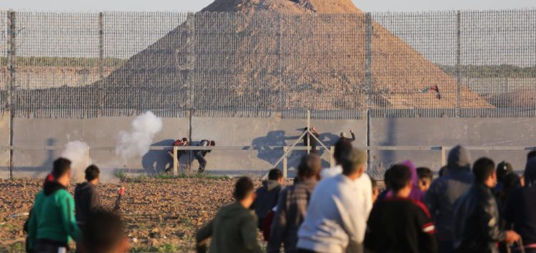 Israel defence minister wants Palestinians crossing Gaza fence detained as 'illegal combatants'